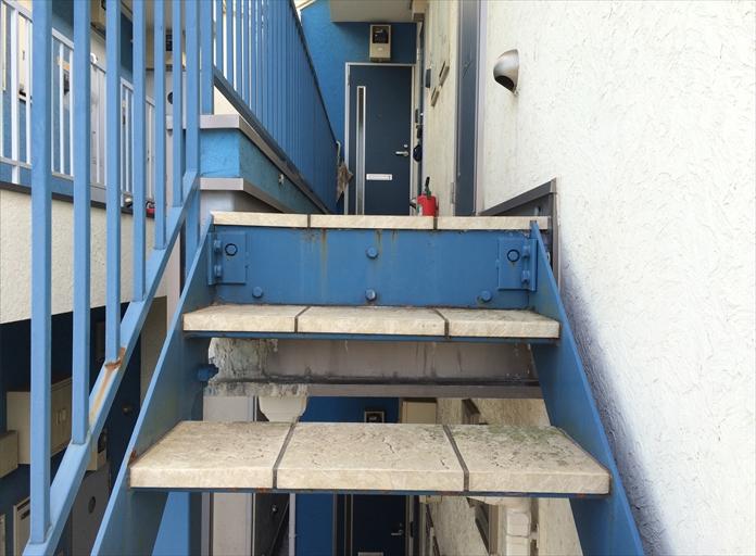 鉄骨階段取合いの錆
