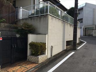 横浜市都筑区見花山で塀と擁壁の塗装工事、通行人も気分が良くなる綺麗な仕上りでお施主様も大満足、施工前写真