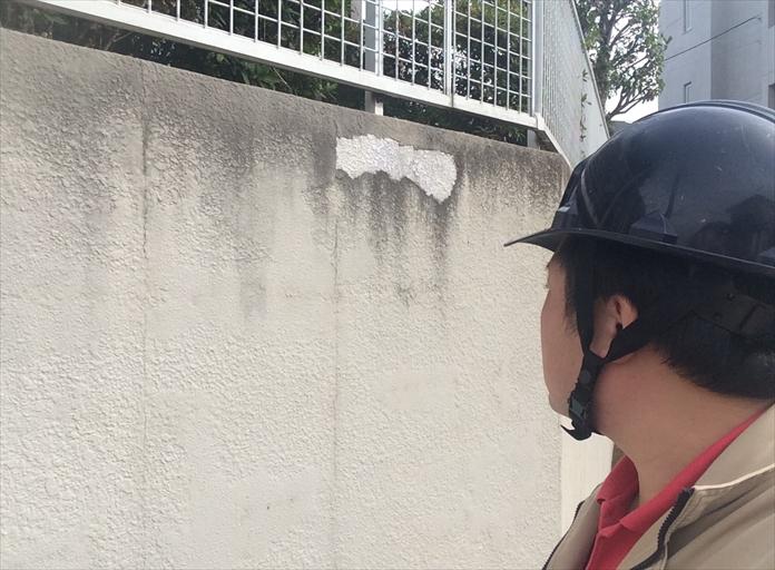 横浜市都筑区で塀や擁壁の調査、塗膜が剥がれてきてたら塗り替えの目安です3