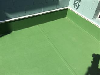 横浜市緑区で塩ビシート防水の陸屋根をメンテナンス、トップコートを塗装