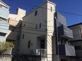 横浜市南区三春台でスレート屋根とモルタル外壁を塗装、サーモアイ4F(クールコーヒーブラウン)とプレミアムシリコン(SR-414)でメンテナンスしました、施工前写真
