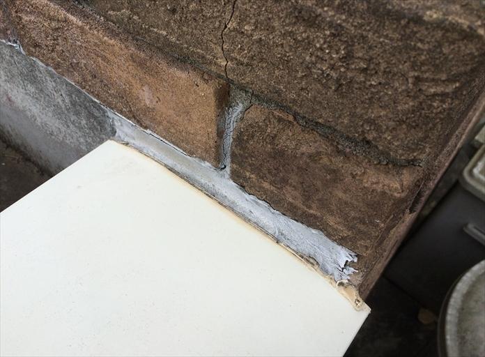 横浜市港南区上永谷で外壁の調査、バルコニー笠木と外壁の取合いもコーキングのメンテナンスが必要です