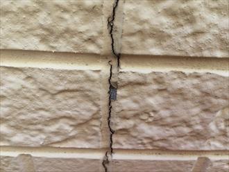 コーキングを打ち替えない外壁塗装で塗膜が先に剥がれる4