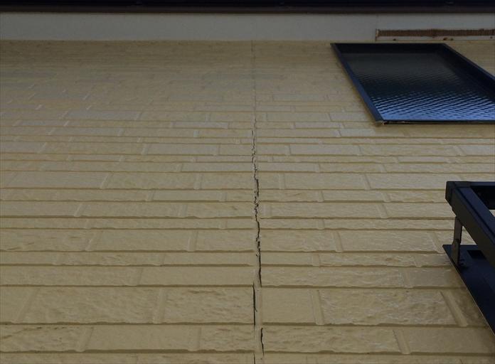コーキングを打ち替えない外壁塗装で塗膜が先に剥がれる1