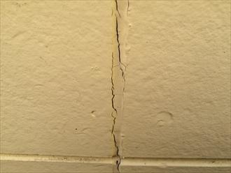 コーキングを打ち替えない外壁塗装で塗膜が先に剥がれる2