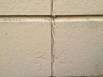 コーキングを打ち替えない外壁塗装で塗膜が先に剥がれる3