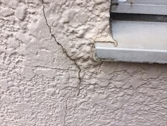 横浜市緑区三保町でマンションのモルタル外壁を点検、塗膜が傷んでくると亀裂やひび割れが多くなります