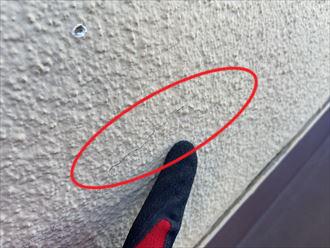 外壁塗装をご検討中の横浜市中区西之谷町のお住まいのモルタル外壁は、クラックの発生している箇所が多くあり、雨漏りの危険性がありました