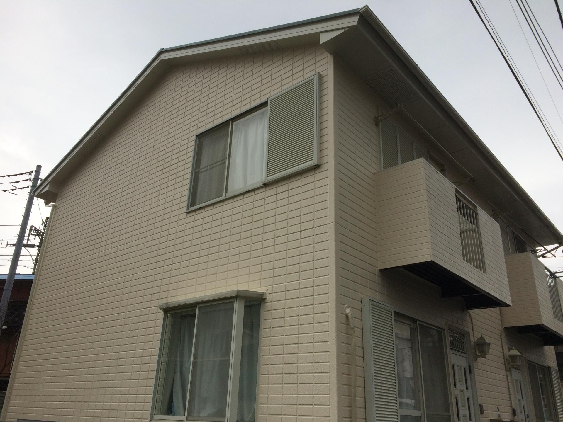 横浜市鶴見区馬場でALC外壁のアパートのメンテナンス、ファインパーフェクトベスト(ミラノグリーン)とプレミアムシリコン(SR-405)を使用した屋根外壁塗装で生まれ変わった綺麗な仕上がりになりました、施工後写真