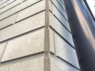 横浜市西区のサイディング住宅調査、コーキングの劣化やコーナーに隙間が出来ると塗装が必要2
