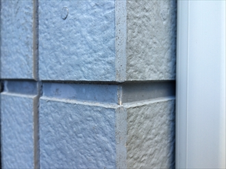 横浜市西区のサイディング住宅調査、コーキングの劣化やコーナーに隙間が出来ると塗装が必要3