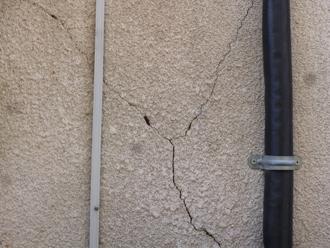 寒川町一之宮でモルタル外壁のお家を点検、剥落している部分もあり、危険な状態です