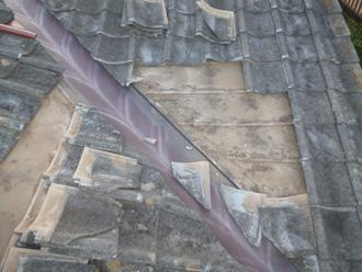 逗子市 屋根塗装前の点検 古い瓦を外している