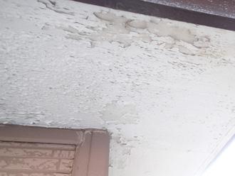 横浜市西区 軒天の塗膜が剥がれている
