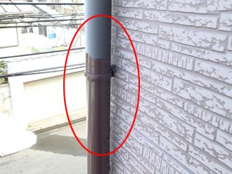 横浜市西区 途中まで塗装している雨樋