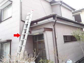 横浜市西区 外壁塗装前には屋根に梯子をかけて屋根の状態も確認します
