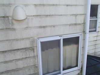 二宮町中里にて外壁塗装で白い壁を取り戻したいお家を調査