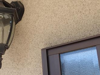 横浜市青葉区 外壁塗装前の点検 リシン壁に付着した汚れ