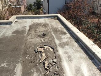 寒川町大蔵で陸屋根からの雨漏りを点検、シート防水が裂けていました