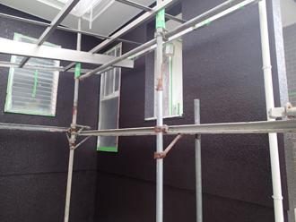 大磯町生沢でクリーンマイルドシリコン使用して外壁塗装を施工中