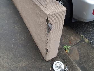 大磯町生沢で櫛引仕上げの塀の表面の割れを点検
