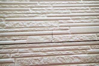 大磯町国府本郷にて築16年になる窯業サイディング外壁の調査、塗膜の劣化により藻やクラックが発生していました!