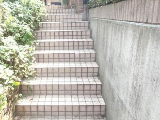 横浜市保土ケ谷区 擁壁が汚れている