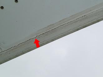 横浜市緑区 低汚染塗料を使った外壁塗装 事前点検 軒天のひび割れ