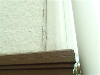 横浜市泉区で外壁屋根塗装工事の現地調査 コーキングのヒビ