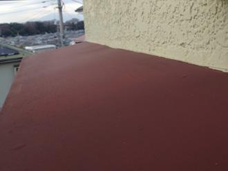 川崎市高津区 霧除け庇の塗膜が劣化してチョーキングを起こしている