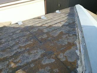 棟板金と屋根の面の間にシーリングが詰められている