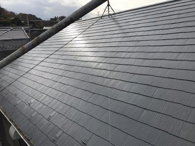 棟板金交換と屋根塗装が行われた化粧スレート屋根