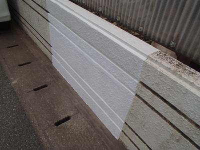 補修し、塗装された塀