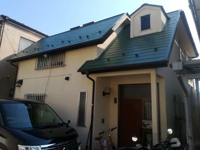 屋根塗装で緑になったスレート屋根