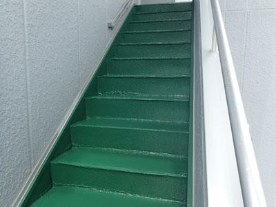 再塗装された階段