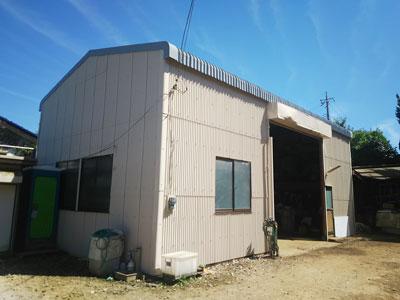 塗り替え後の綺麗になった小波スレートの倉庫