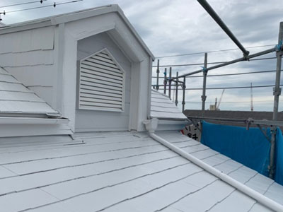 サーモアイクールホワイトで屋根塗装されたスレート屋根