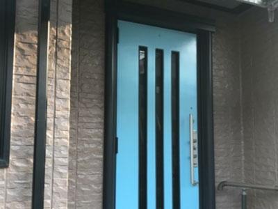 エメラルドグリーンになった玄関ドア