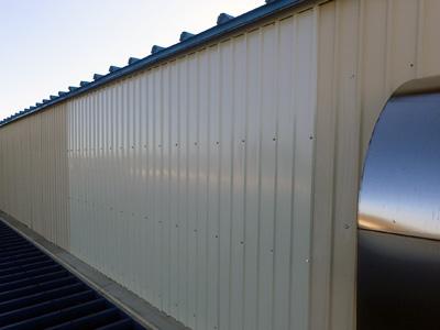 金属系サイディングを新しいものへと交換した倉庫の外壁