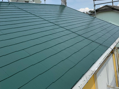藻も苔もカビも洗浄されて塗装されたスレート屋根