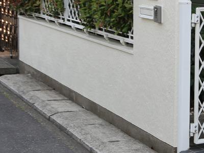 真っ白に塗り替えられた塀