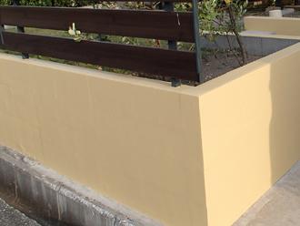 綺麗に塗装された擁壁