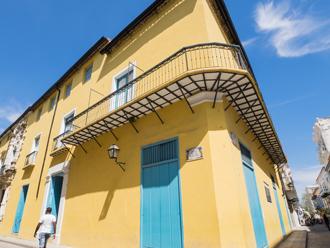 黄色の外壁の住宅