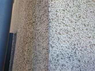 横浜市青葉区 外壁と屋根のリフォーム前調査 リシンの外壁に苔が生えている