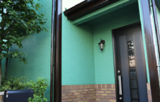 アクリル100%塗料で外壁塗装したお住まいの玄関部分