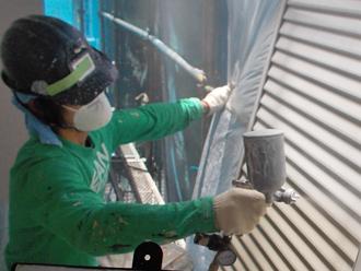 座間市 雨戸の塗装 吹き付け塗装で下塗り