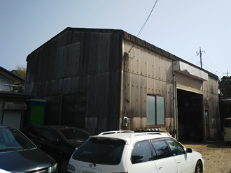 塗り替え前の汚れた小波スレートの倉庫
