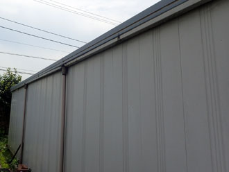 三浦市三崎町でガルバリウム製のガレージ兼倉庫の雨漏りを改修して塗り替え、施工前写真