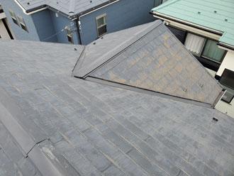 塗装前の色褪せたスレート屋根