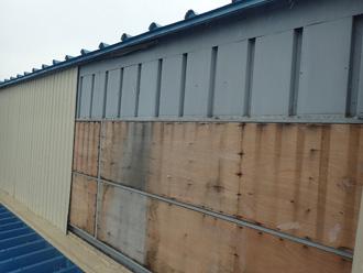 金属系サイディングが剥がされたてしまった倉庫の外壁